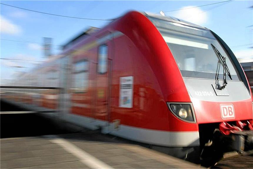 Mann versucht auf anfahrenden Zug aufzuspringen