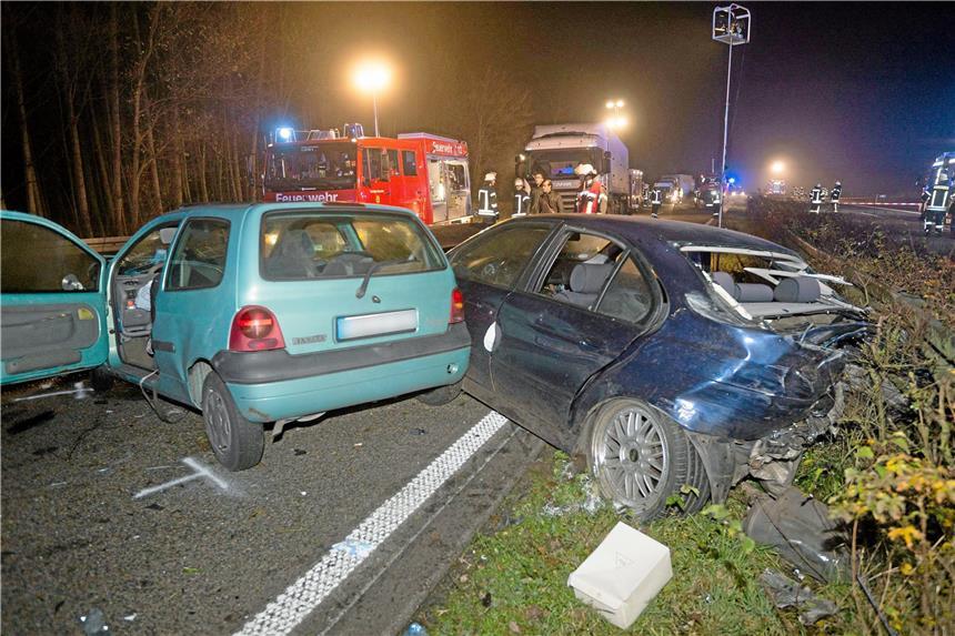 A57 bei Sonsbeck: 15 Verletzte bei Massencrash - Unfallfahrer flüchtet zu Fuß!