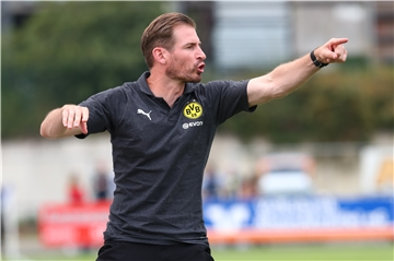 Im Video: Sky-Sports-Reporter verwechselt Fan mit BVB-II-Trainer Jan Siewert