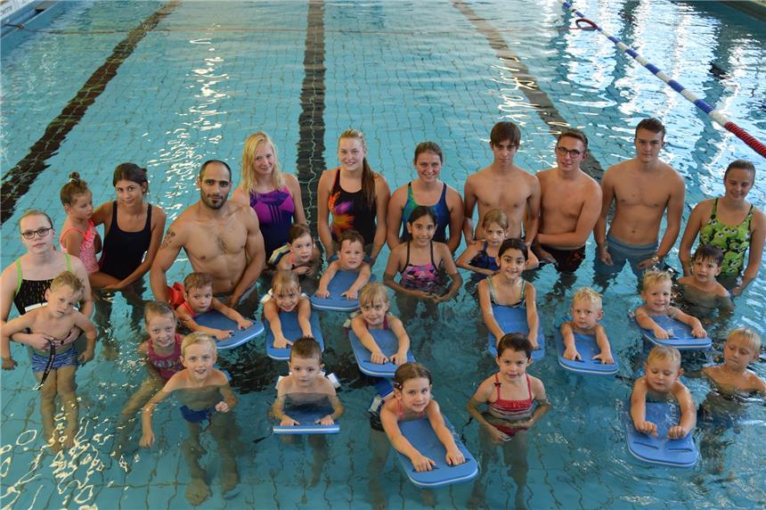 20 kinder lernen beim neuen anf ngerkurs im hallenbad schwimmen. Black Bedroom Furniture Sets. Home Design Ideas
