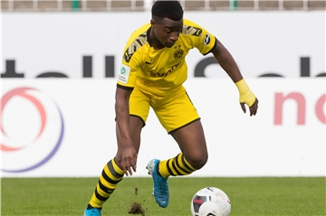 Fußball: A-Junioren-Bundesliga, Saison 2019/2020, 10. Spieltag, Preußen Münster - Borussia Dortmund am 27.10.2019 in Münster (Nordrhein-Westfalen).Dortmunds Youssoufa Moukoko am Ball