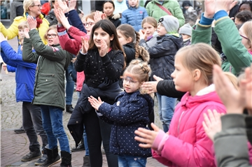 One Billion Rising: Kinder tanzen gegen Gewalt in Vreden.