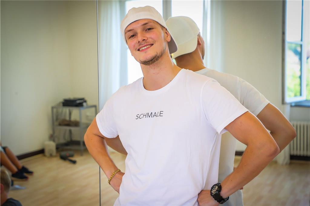 Streetdance-Trainer Luke Romero zeigt den Jungs coole Moves.